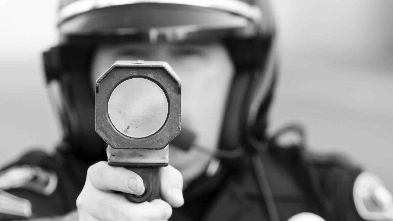 שוטר עם מצלמת מהירות